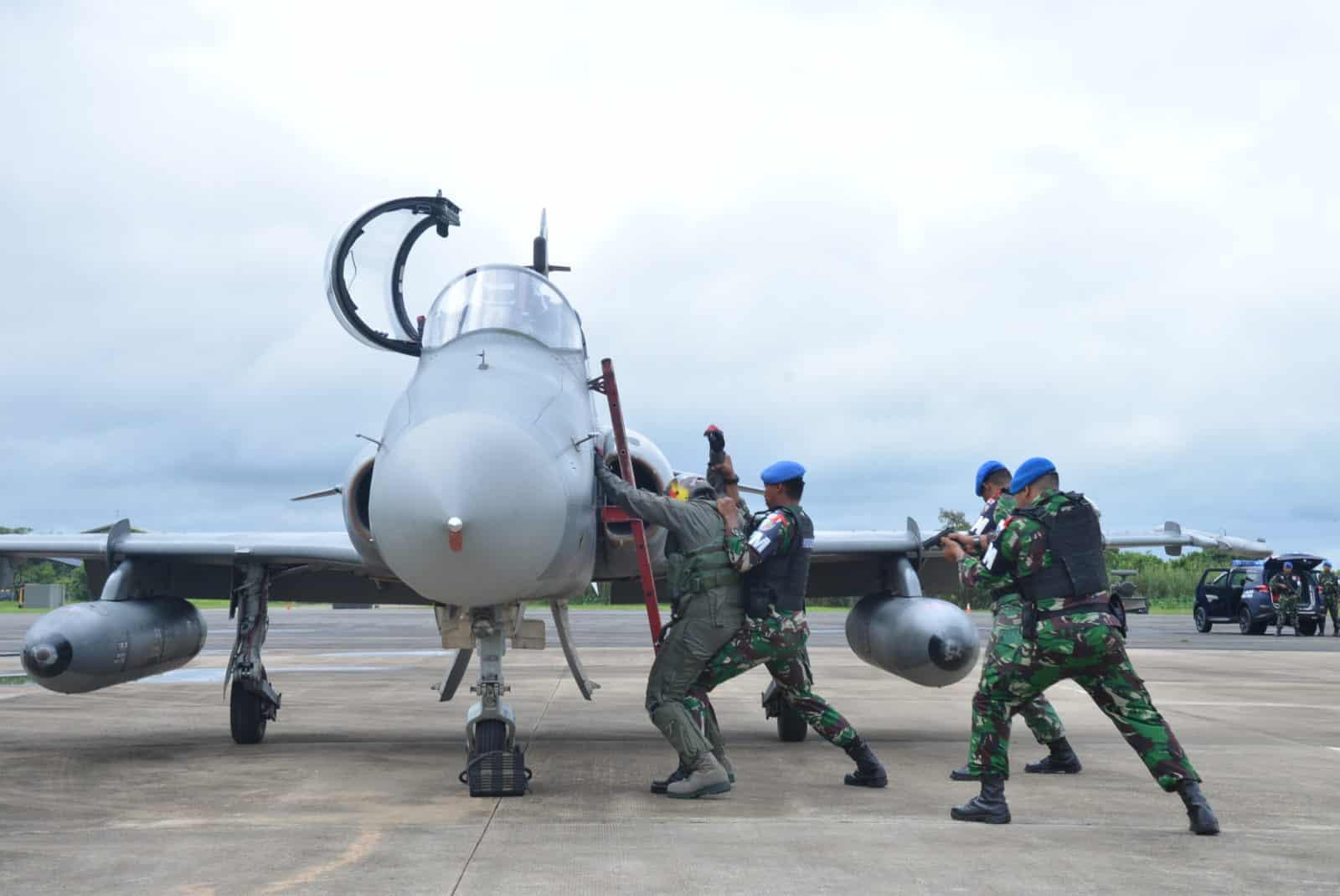 Personel Lanud Supadio Paksa Pesawat Asing Mendarat.
