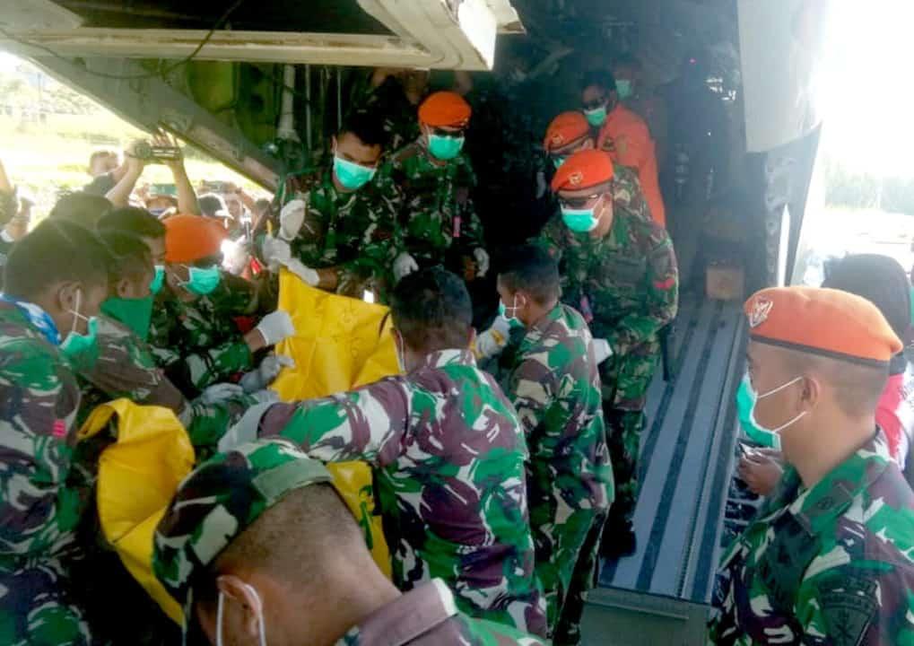 Satgas Yonko 462 Paskhas Bantu Proses Evakuasi Korban Jatuhnya Heli MI 17 TNI AD