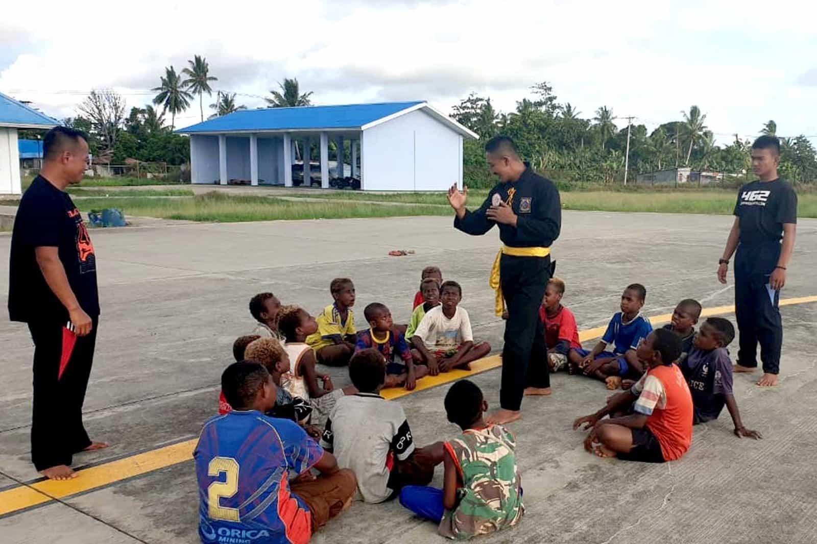 Satgas Pamrahwan Yonko 462 Paskhas Pos Merauke Latih Bela Diri Pencak Silat Masyarakat Papua