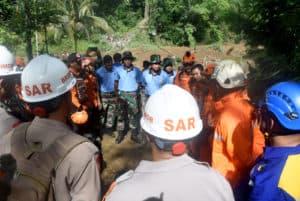 1 SST Personel Lanud Wiriadinata, Laksanakan Evakuasi Longsor