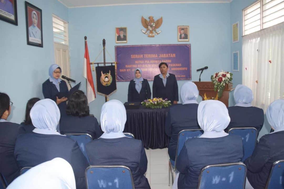 Serah Terima Jabatan Ketua PIA Ardhya Garini Ranting 07-2/G. IV Staf Wing I Paskhas Jakarta (06/2) Ketua PIA Ardhya Garini Cabang 2/G. IV Wing I Paskhas Ny. Visnu Hermawan memimpin langsung Serah Terima Jabatan Ketua PIA Ardhya Garini Ranting 07-2/G. IV Staf Wing I Paskhas bertempat di kantor PIA Ardhya Garini Cabang 2/G. IV Wing I Paskhas. Rabu (5/2) Serah Terima Jabatan Ketua PIA Ardhya Garini Ranting 07-2/G. IV Staf Wing I Paskhas dari Ny. Zahruddin kepada Ny. Yosef Yohanes Abidondifu. Dalam sambutannya Ketua PIA Ardhya Garini Cabang 2/G. IV Wing I Paskhas Ny. Visnu Hermawan mengucapkan terima kasih kepada Ny. Zahruddin, semua dapat berjalan dengan baik, staf ranting tidak ada bedanya dengan staf ranting lainnya yang ada di jajaran Jakarta, dan terima kasih kepada ibu-ibu seluruh kepengurusan ranting staf Wing yang sudah bekerja mampu membuat ranting ini sejajar dengan ranting lain-lainnya. Dan penuh harapan kepada Ketua PIA Ardhya Garini Ranting 07-2/G. IV Staf Wing I Paskhas yang baru Ny. Yosef Yohanes Abidondifu agar bisa meneruskan dan membuat ranting ini lebih maju. Di acara tambahan Ketua PIA Ardhya Garini Cabang 2/G. IV Wing I Paskhas memberikan cindera mata dan ucapan selamat yang di ikuti oleh pengurus ranting.