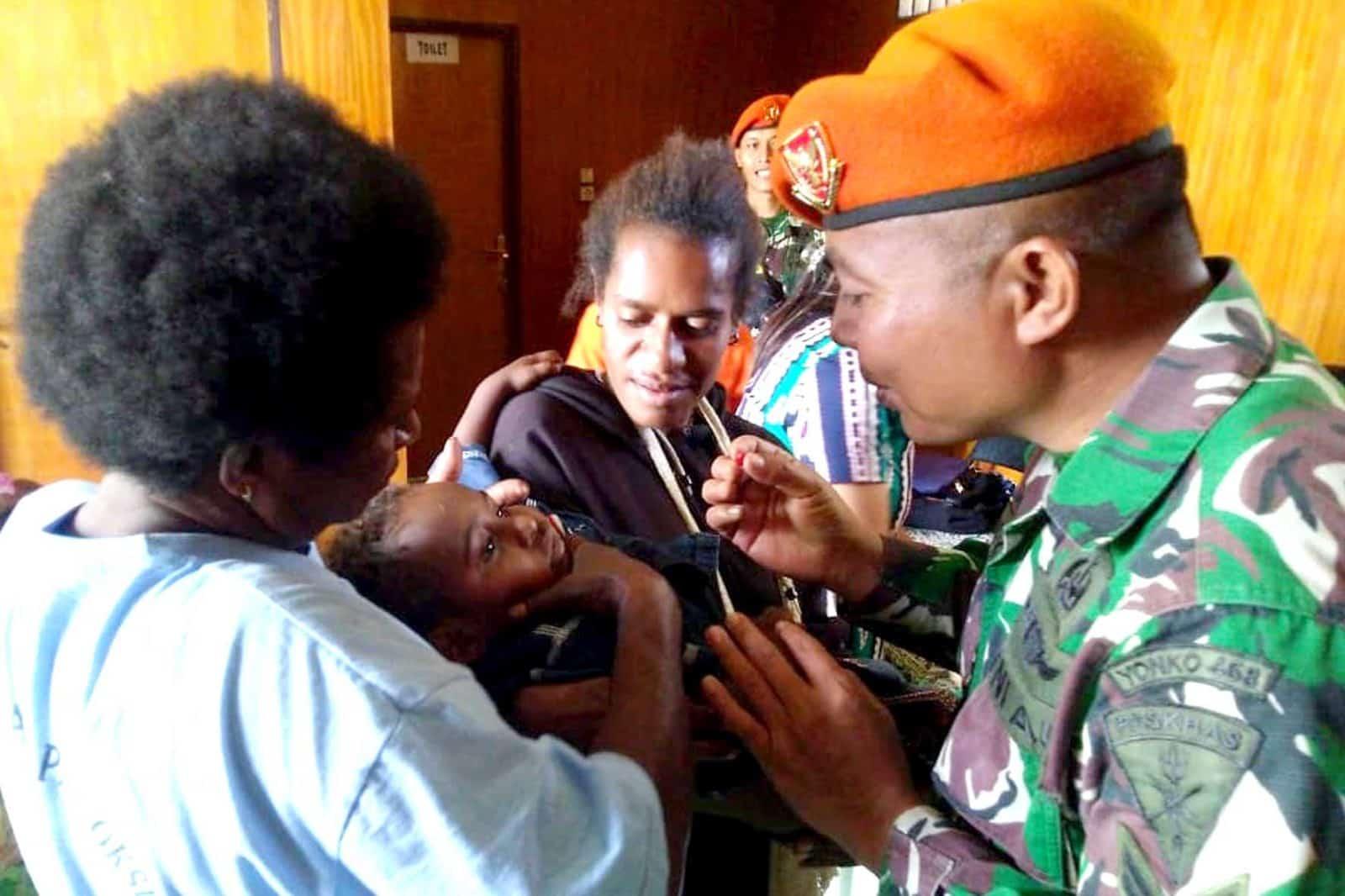 Satgas Pamrahwan Yonko 462 Paskhas Pos Oksibil Berikan Penyuluhan Dan Pemberian Vitamin A