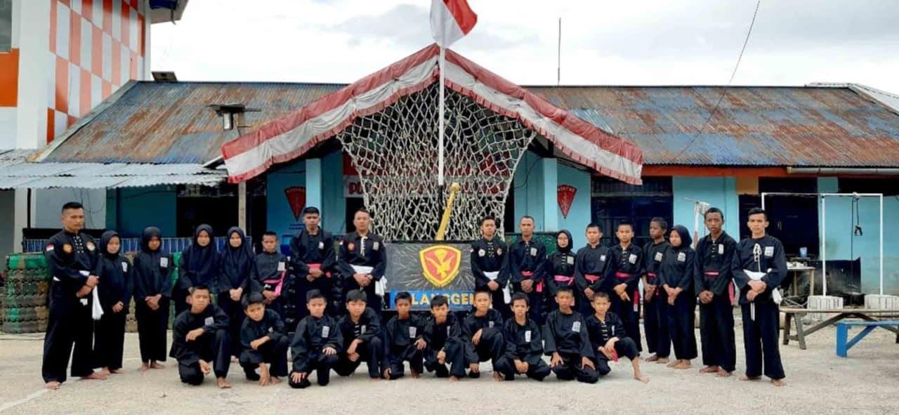 Satgas Pamrahwan Yonko 462 Paskhass Pos Enarotali Latihkan Beladiri Pencak Silat di Bandara Enarotali