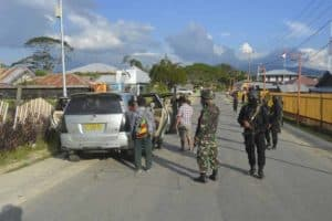 Satgas Pamrahwan Yonko 462 Paskhas Pos Moanemani Melaksanakan Sweeping Gabungan TNI – POLRI