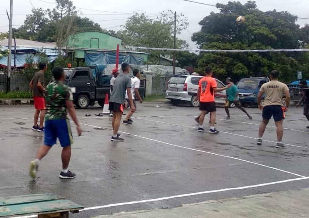 Satgas Pamrahwan Yonko 462 Paskhaspos Wamena Melaksanakan Olahraga bersama masyarakat
