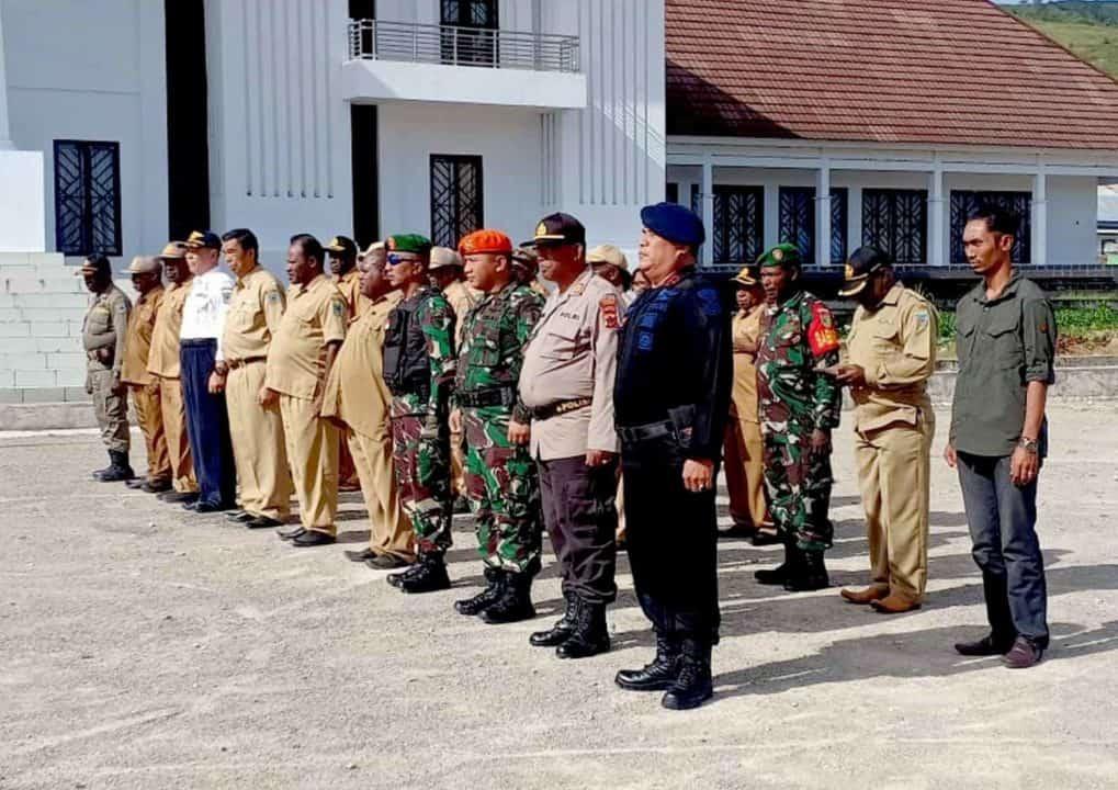 Satgas Pamrahwan Yonko 462 Paskhaspos Enarotali Melaksanakan Apel Gabungan di Kantor BupatiPpaniai