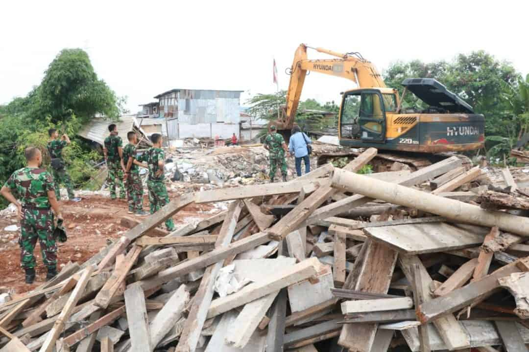 Tim Aset Lanud Halim Perdanakusuma Tertibkan Bangunan Liar di Lahan TNI AU