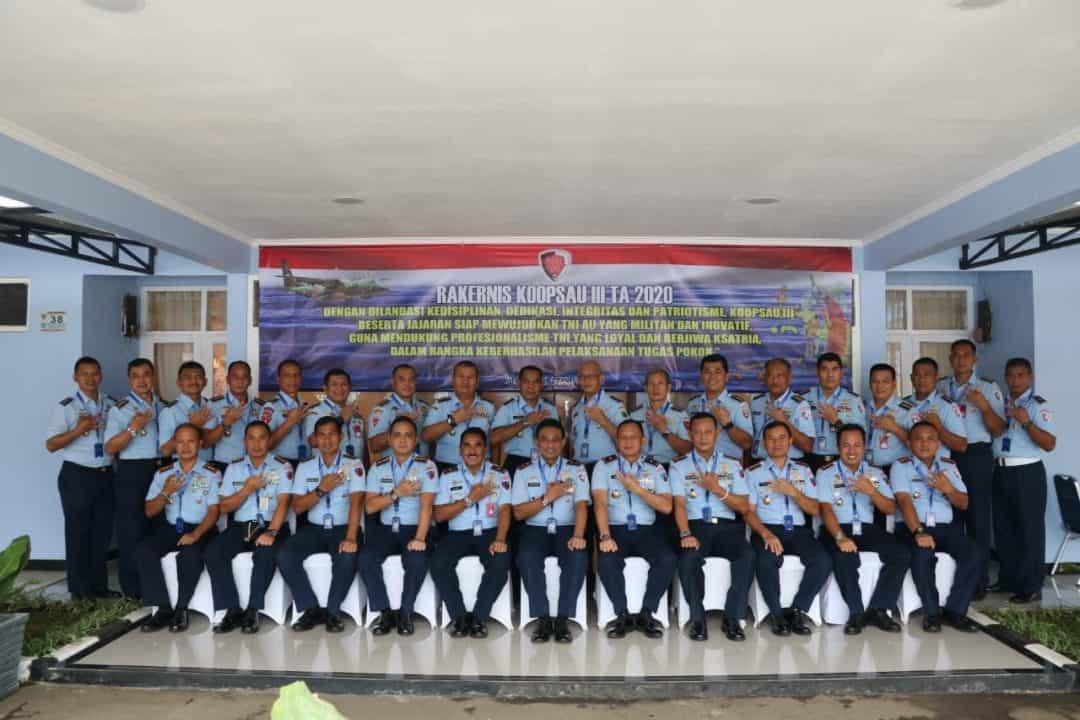Panglima Komando Operasi TNI Angkatan Udara III Marsda TNI Andyawan Martono P. S.I.P bersama peserta Rakernias Koopsau III T.A. 2020 yang berlangsung di Markas Perwakilan Koopsau III Jakarta, Senin (3/2).