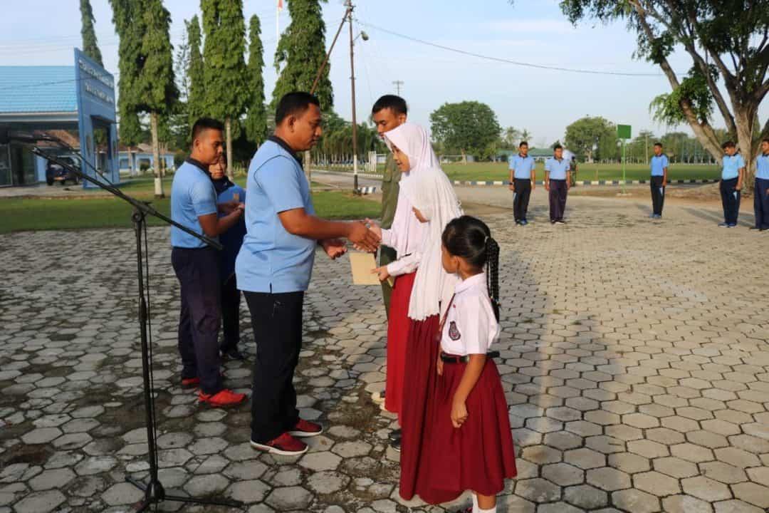 Danlanud BNY berikan beasiswa bagi Putra/Putri Lanud BNY yang berprestasi