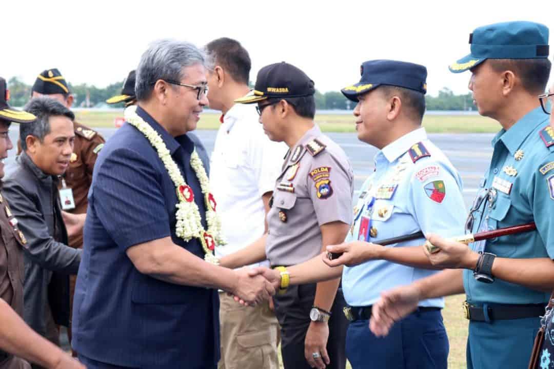 Komandan Lanud Sjamsudin Noor Sambut Kedatangan Wakil Jaksa Agung RI