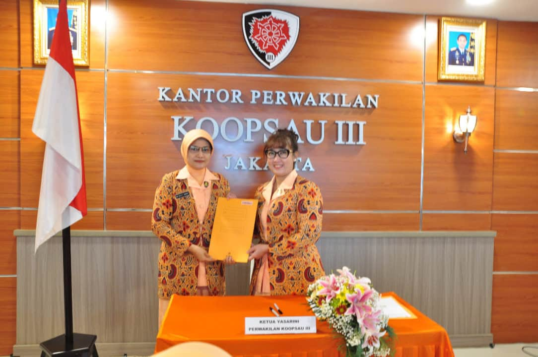 Ketua PIA Ardhya Garini Daerah III Koopsau III Ny.Andyawan Martono usei memimpin Rakor PIA Ardhya Garini D.III/ Koopsau III tahun 2020 saat menyerahkan naskah kerja sama dengan Yasarini Pusat di Markas Perwakilan Koopsau III Jakarta, Senin (3/2).