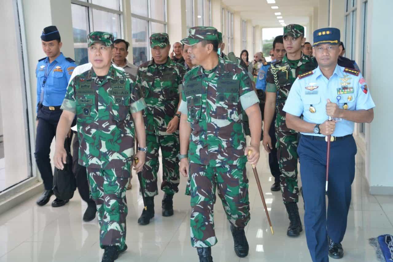 Danlanud HLO Sambut Pangdam XIV/Hsn di Bandara HO