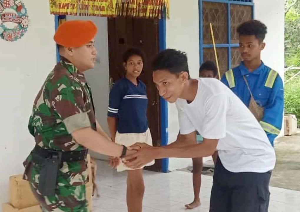 Satgas Pamrahwan yonko 462 Paskhas Pos Timika Kunjungi Panti Asuhan Yapeda Timika