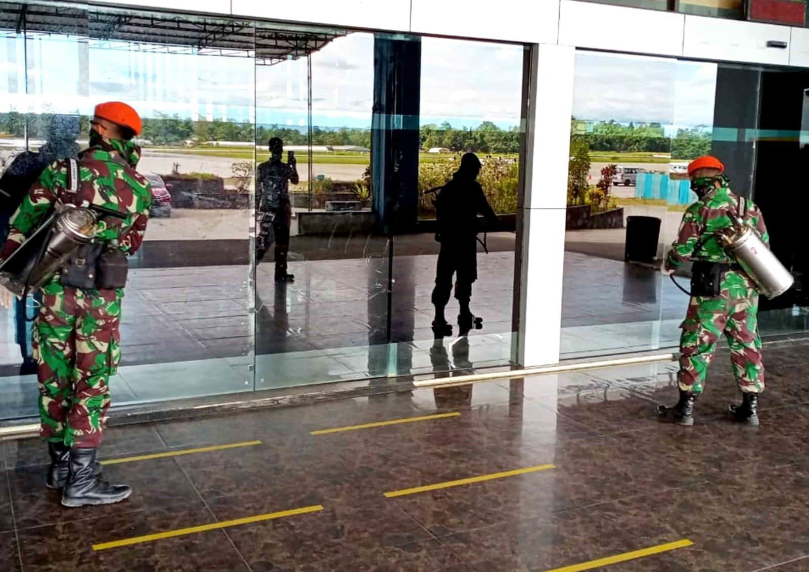 Satgas Pamrahwan Yonko 462 Paskhas Pos Timika Laksanakan Penyemprotan Disinfektan di Bandara