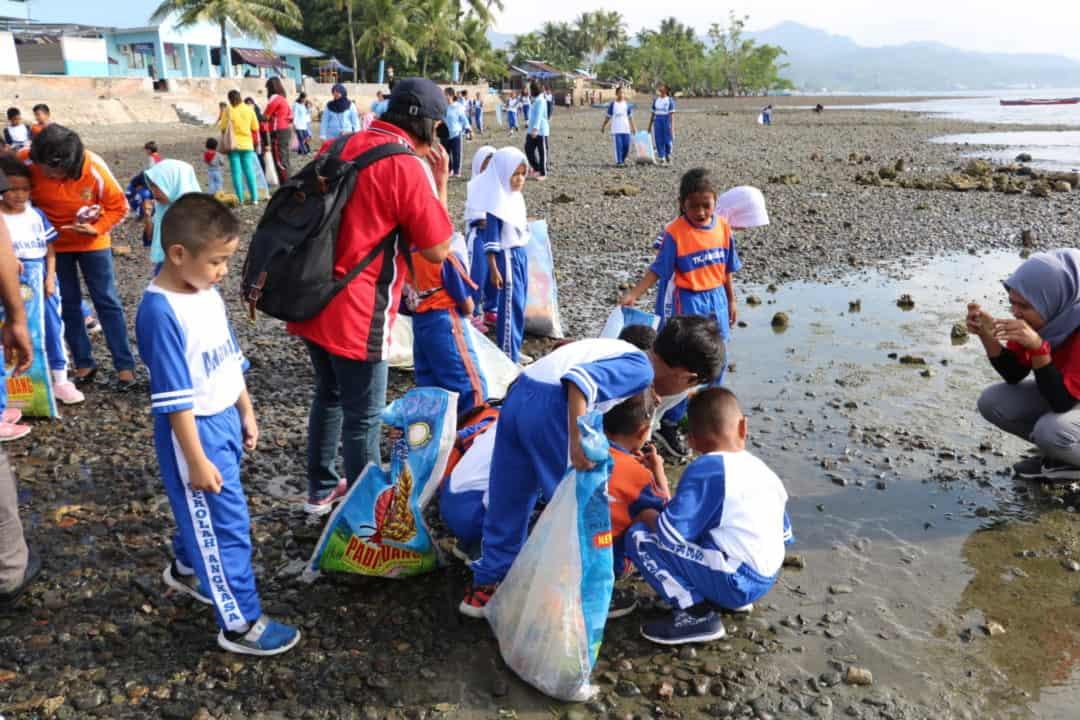 PIA AG Cab. 7/D.III Lanud Pattimura Bersama Siswa/i Sekolah Angkasa Adakan Bersih-Bersih Pantai