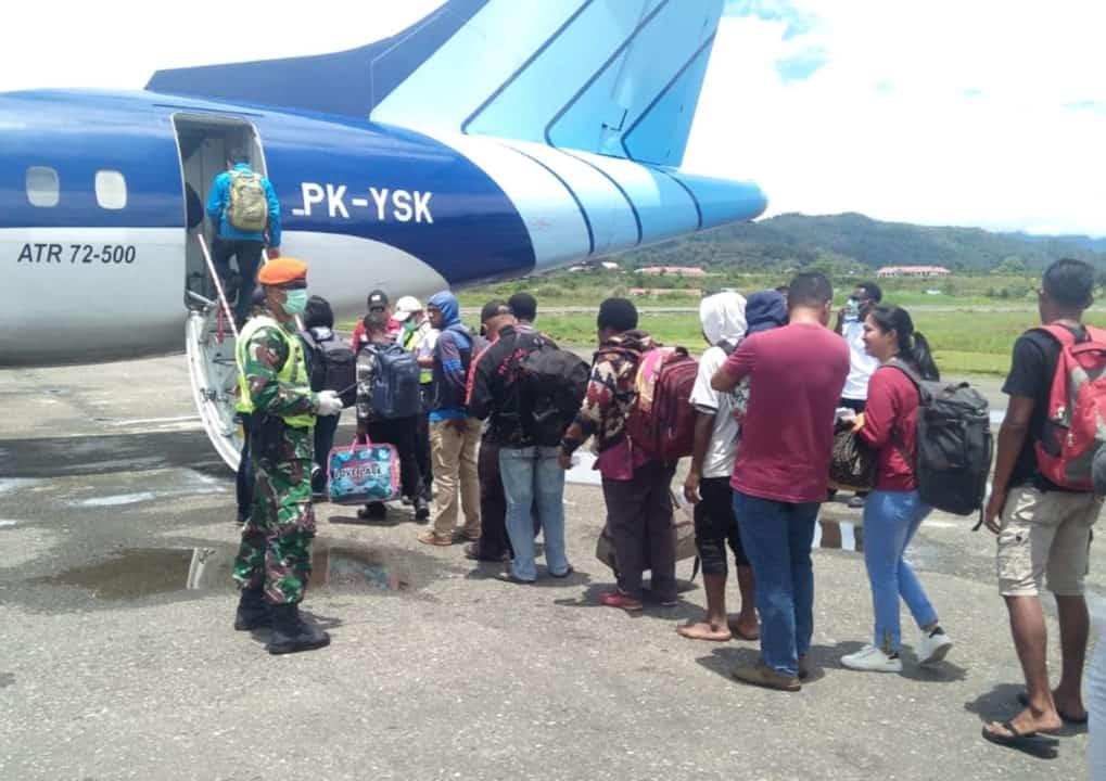 Satgas Pamrahwan Yonko 462 Paskhas Melaksanakan Pencegahan Virus Corona Di Bandara Oksibil