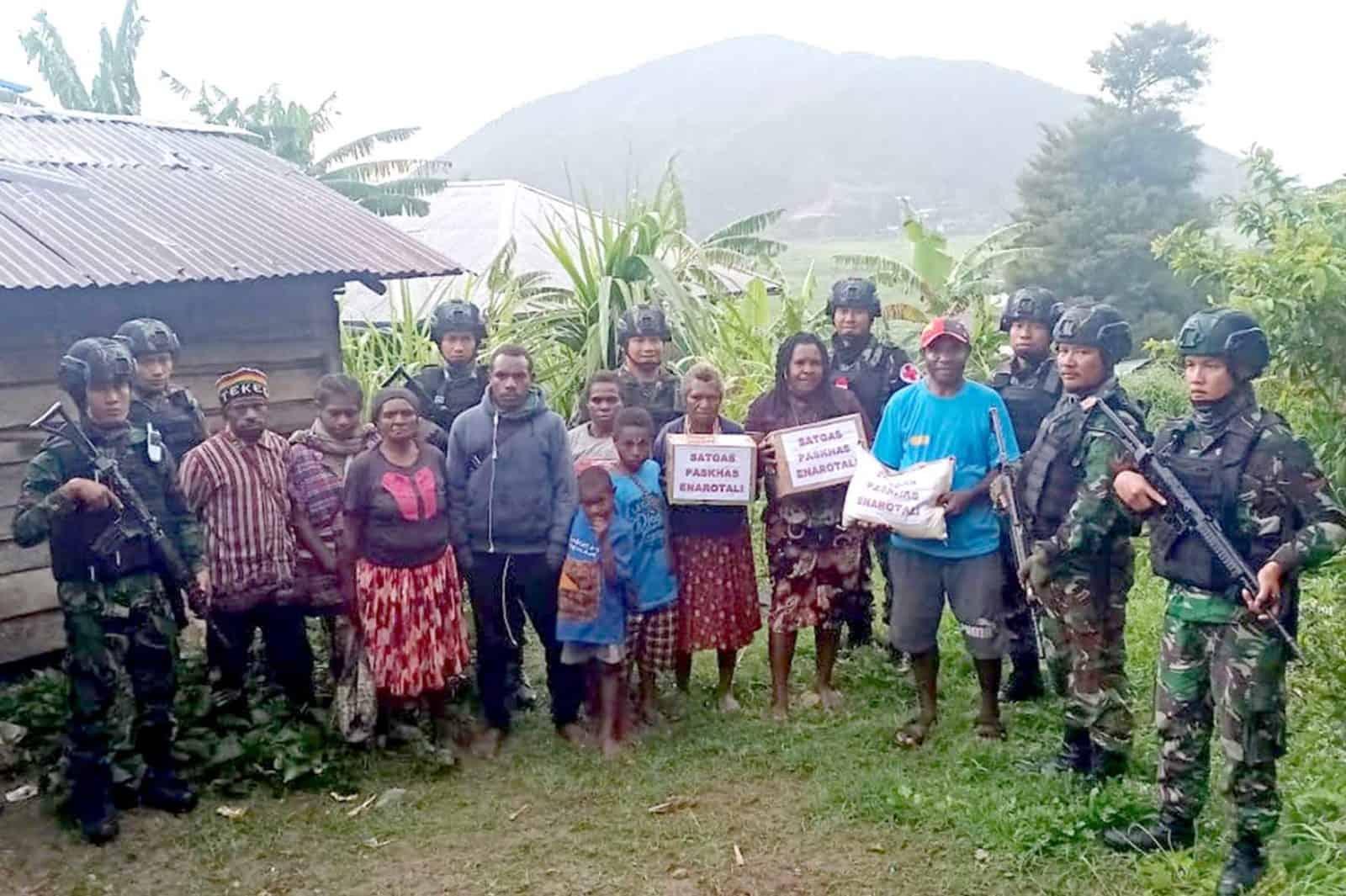Satgas Pamrahwan Yonko 462 Paskhas Pos Enarotali Laksanakan Patroli Keamanan Dan Bhakti Sosial