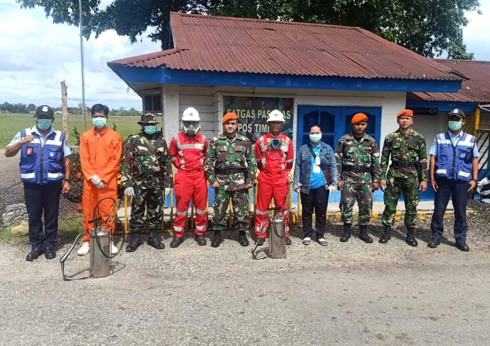 Satgas Pamrahwan Yonko 462 Paskhas Pos Timika Laksanakan penyemprotan Disinfektan