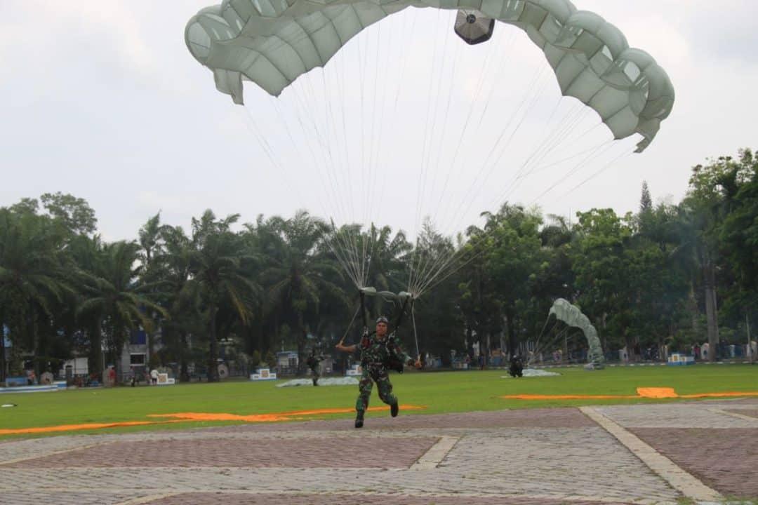 Aksi Terjun Payung Paskhas Medan warnai Langit Kota Lubuk Pakam