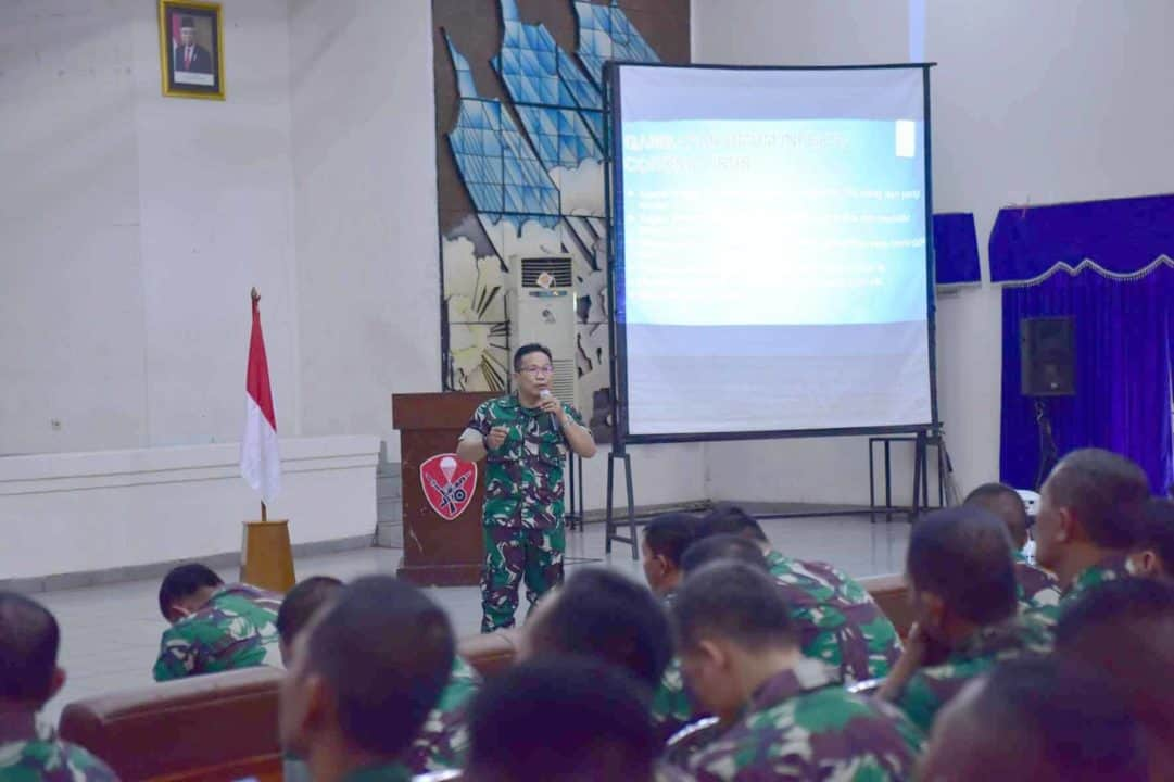 Kolonel Kes Dr. Keman Turnip Berikan Ceramah Kesehatan di Markas Komando Korps Pasukan Khas