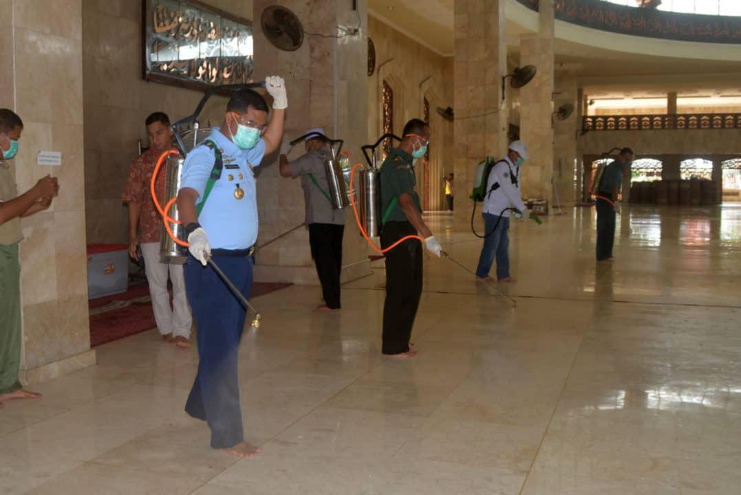 Komandan Lanud Sjamsudin Noor Ikuti Aksi Penyemprotan Desinfektan dan Sterilisasi Masjid Raya Sabilal Muhtadin Banjarmasin