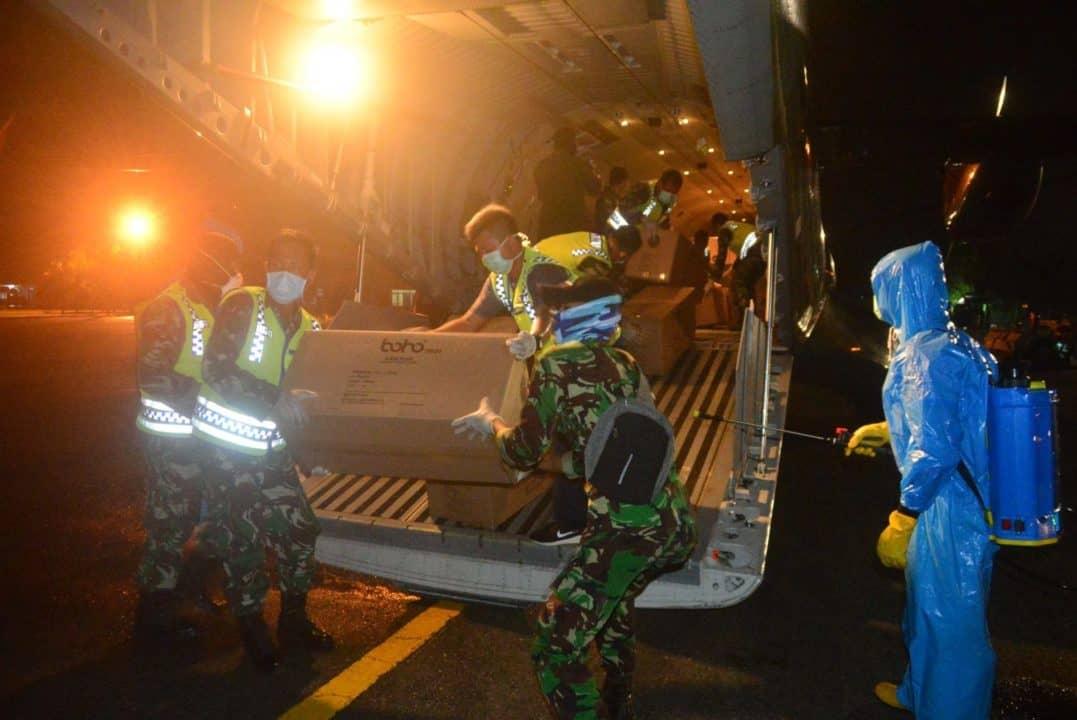 Bantuan APD Penanggulangan Covid-19 di Wilayah Kalimantan Selatan Mendarat Mulus di Lanud Sjamsudin Noor