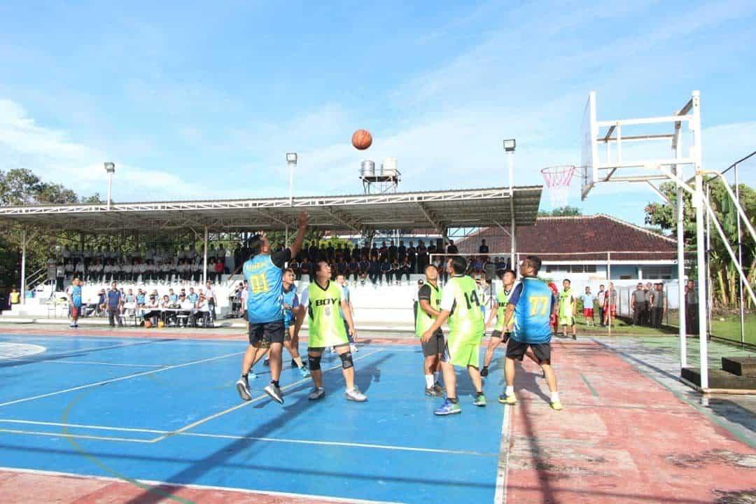 Danlanud Adisutjipto turun lapangan dalam pertandingan Basket antar satuan