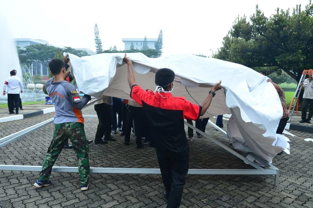 Mitigasi Penyebaran Covid-19, Denma Mabesau Pasang Tenda Dekotaminasi Bantuan Kemhan RI