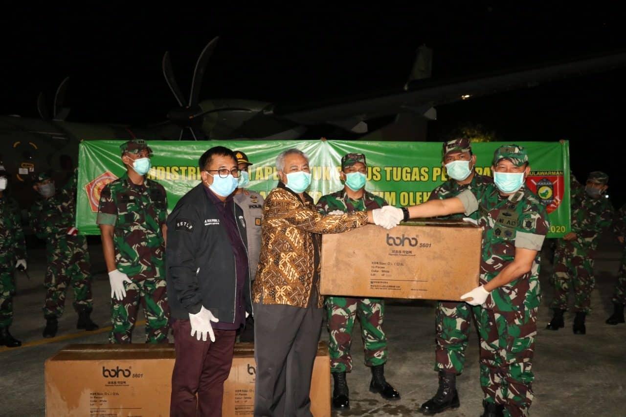 Dua Ribu Set Alat Pelindung Diri penanganan COVID-19 Mendarat di Base Ops Lanud Dhomber