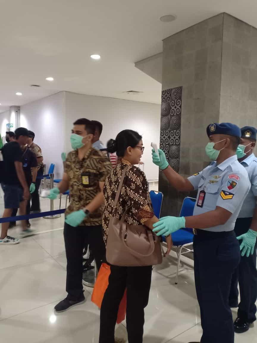 Cegah Virus Corona, Personel Lanud I Gusti Ngurah Turut Serta Cek Suhu Tubuh Penumpang Pesawat di Bandara Ngurah Rai
