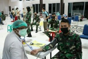 Personel Lanud Sultan Hasanuddin Laksanakan Donor Darah dalam Rangka Peringati ke-74 HUT TNI AU