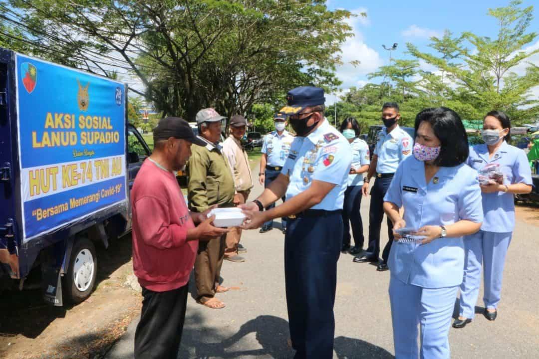 Jelang HUT Ke-74 TNI AU , Prajurit Lanud Supadio Bagikan Paket Nasi dan Masker Kain Bagi Masyarakat