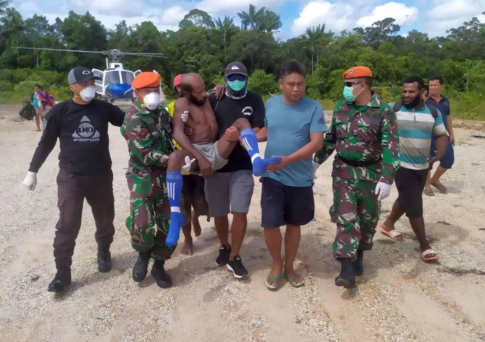 Satgas Pamrahwan Yonko 462 Paskhas Bantu Evakuasi Medis Udara Masyarakat Asli Papua