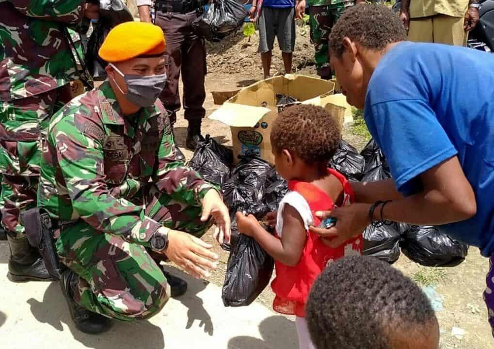 Satgas Pamrahwan Yonko 462 Paskhas Berikan Bantuan Bahan Pangan Kepada Masyarakat