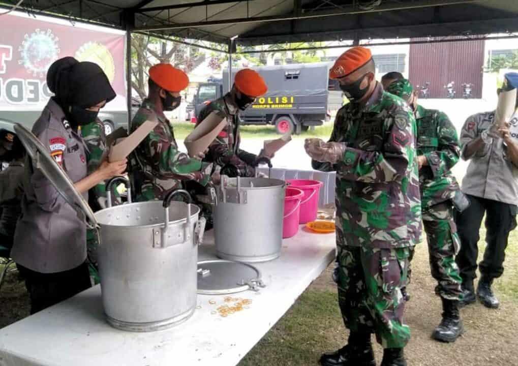 Batalyon Komando 462 Paskhas Berpartisipasi Dalam Kegiatan Posko Dapur Umum