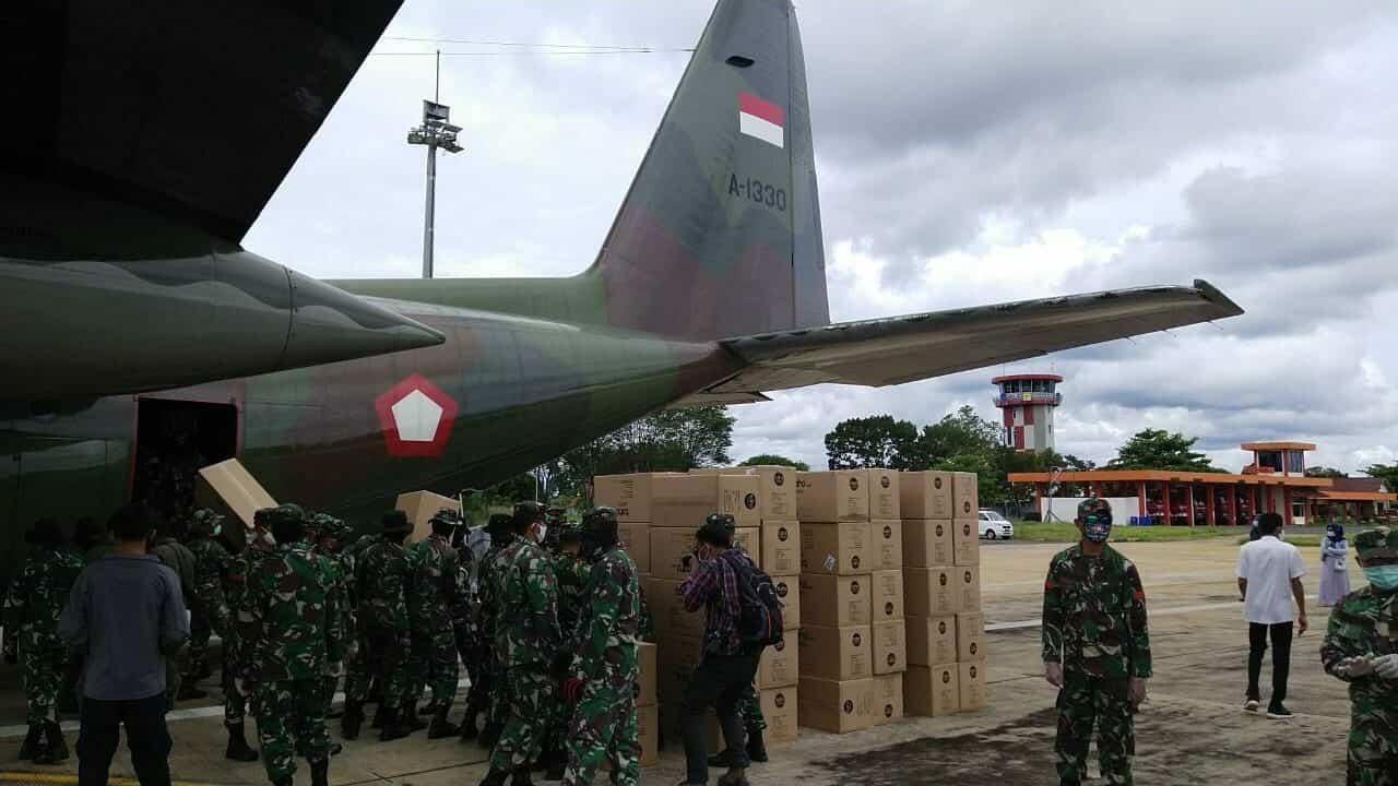 Pesawat A-1330 Skadron udara 33 Lanud Sultan Hasanuddin Angkut 360 Kotak APD untuk Tenaga Medis di Berbagai Daerah Indonesia