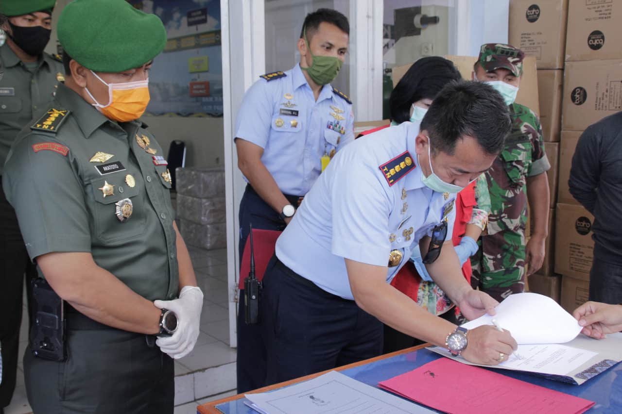 Danlanud Sri Serah Terima Ribuan Alat Pelindung Diri dan Masker Bantuan Pemerintah Pusat