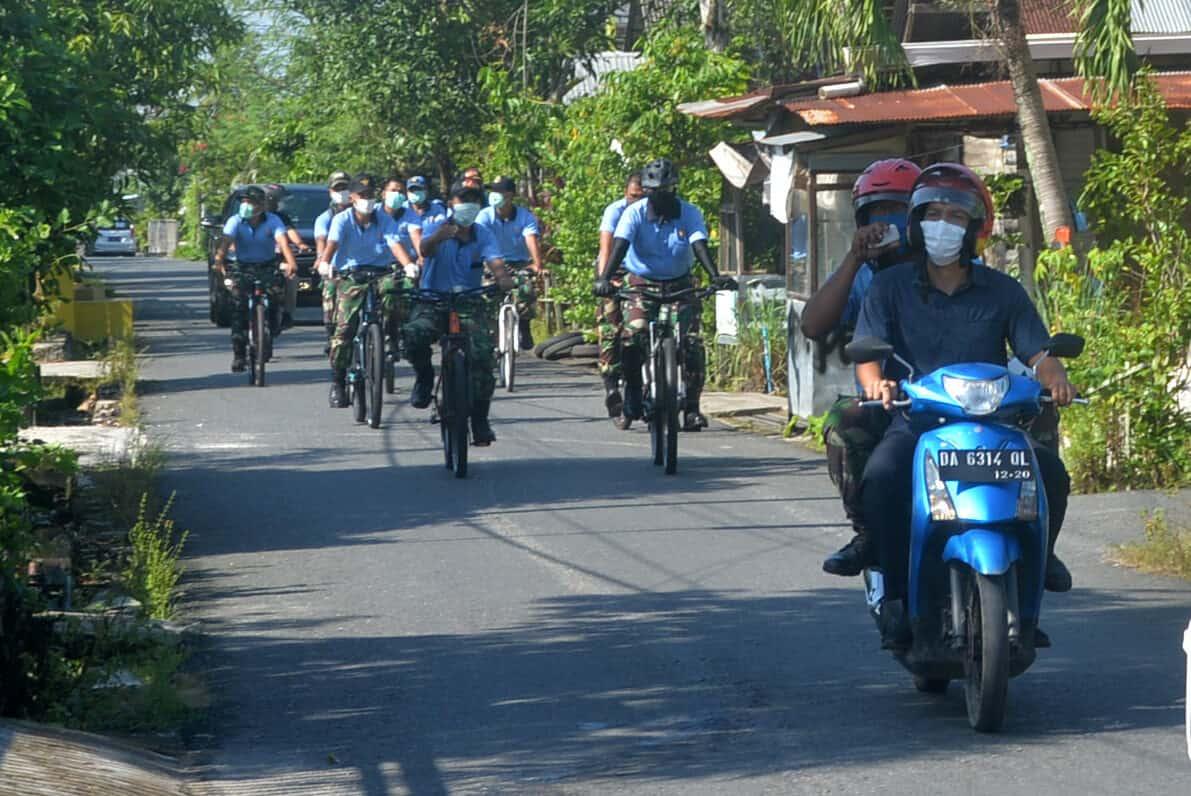 Dengan Patroli Bersepeda Lanud Sjamsudin Noor Terus Galakkan Wajib Masker kepada Warga Sekitar untuk Mencegah Penyebaran Covid-19