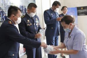 Ketua PIA Ardhya Garini Cab 9/ D II Lanud Sam Ratulangi Membagikan Masker Kepada Personel Lanud Sam Ratulangi