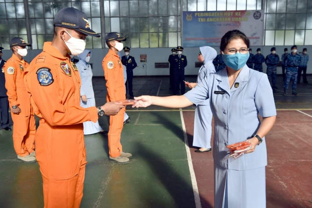 PIA Ardhya Garini Cab2/Gab II bagikan masker ke keluarga besar Lanud Adisutjipto