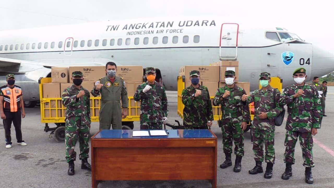 PESAWAT TNI AU ANGKUT APD DAN MASKER