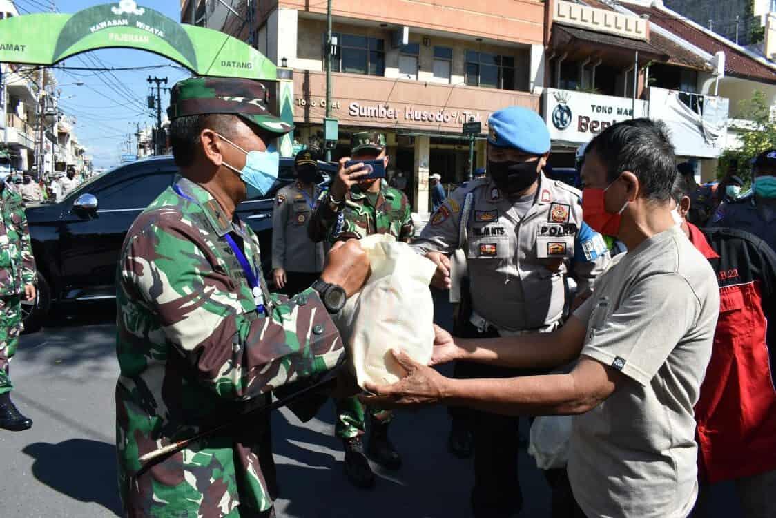 Danlanud Adisutjipto turut serta dalam kegiatan Bakti Sosial Pembagian Sembako dari TNI POLRI kepada masyarakat