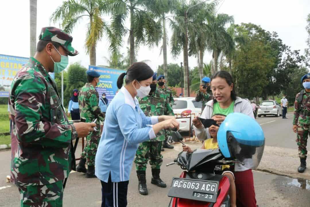 Cegah Covid-19, Danlanud SMH Beserta Ketua PIA AG Lanud SMH, Bagikan Ratusan Masker Gratis kepada Masyarakat