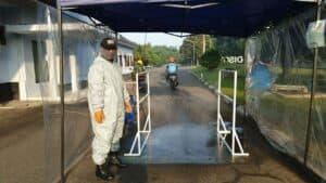 Tingkatkan Perlindungan, Petugas Penyemprotan Disinfektan Gunakan APD