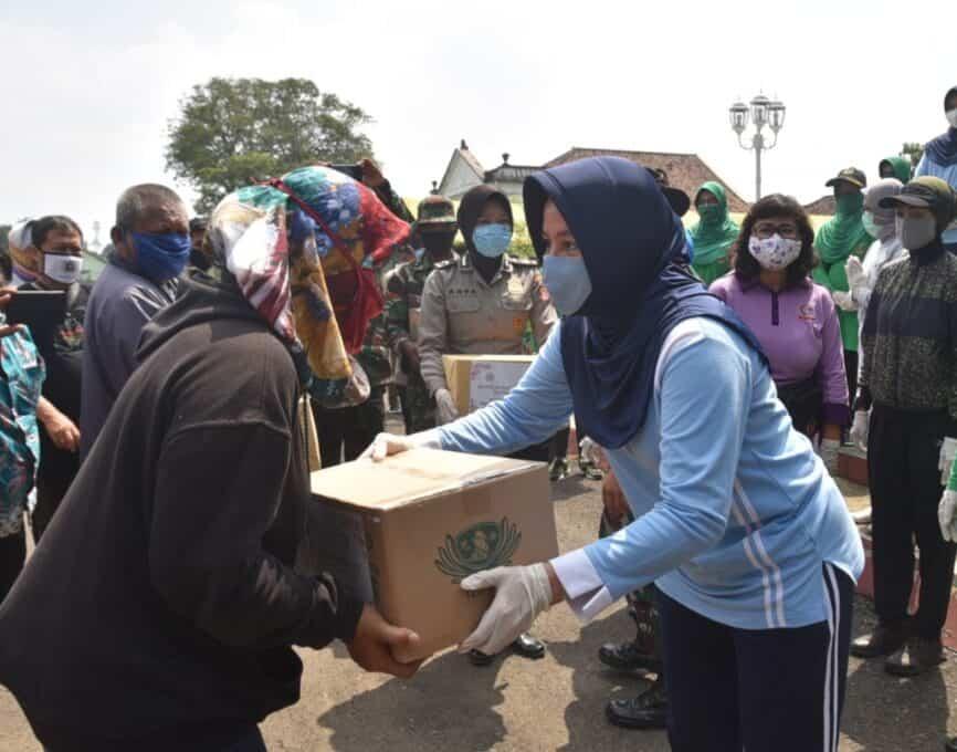 Dharma Pertiwi Daerah C dan Bhayangkari Daerah Jawa Barat Berikan Bantuan