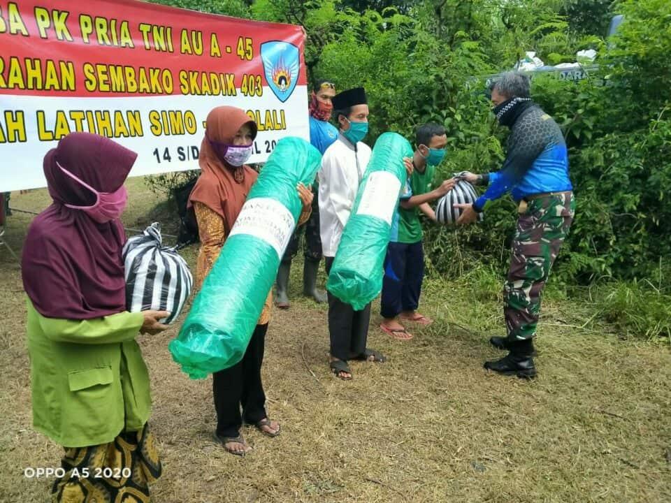 Tinjau Latganda Semaba PK A-45, Dan Lanud Smo Serahkan Bantuan untuk Masyarakat desa Kepoh Sambi