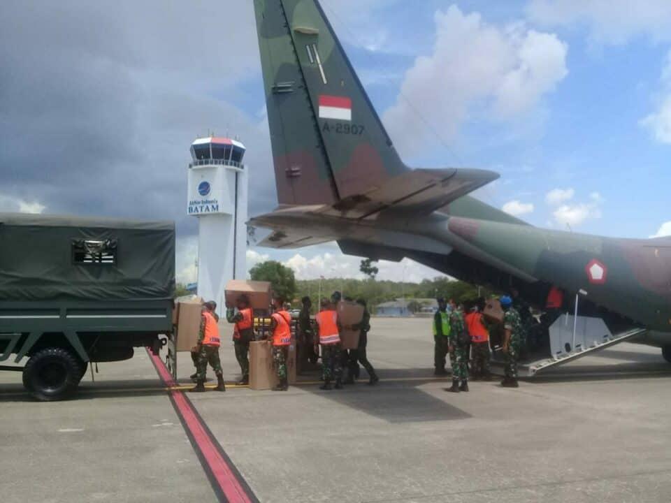 TNI AU Angkut APD ke Galang