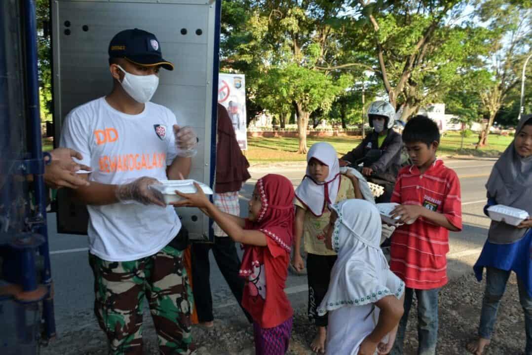 Pangkoopsau II Membagikan 300 Nasi Box Setiap Hari Selama Bulan Suci Ramadhan