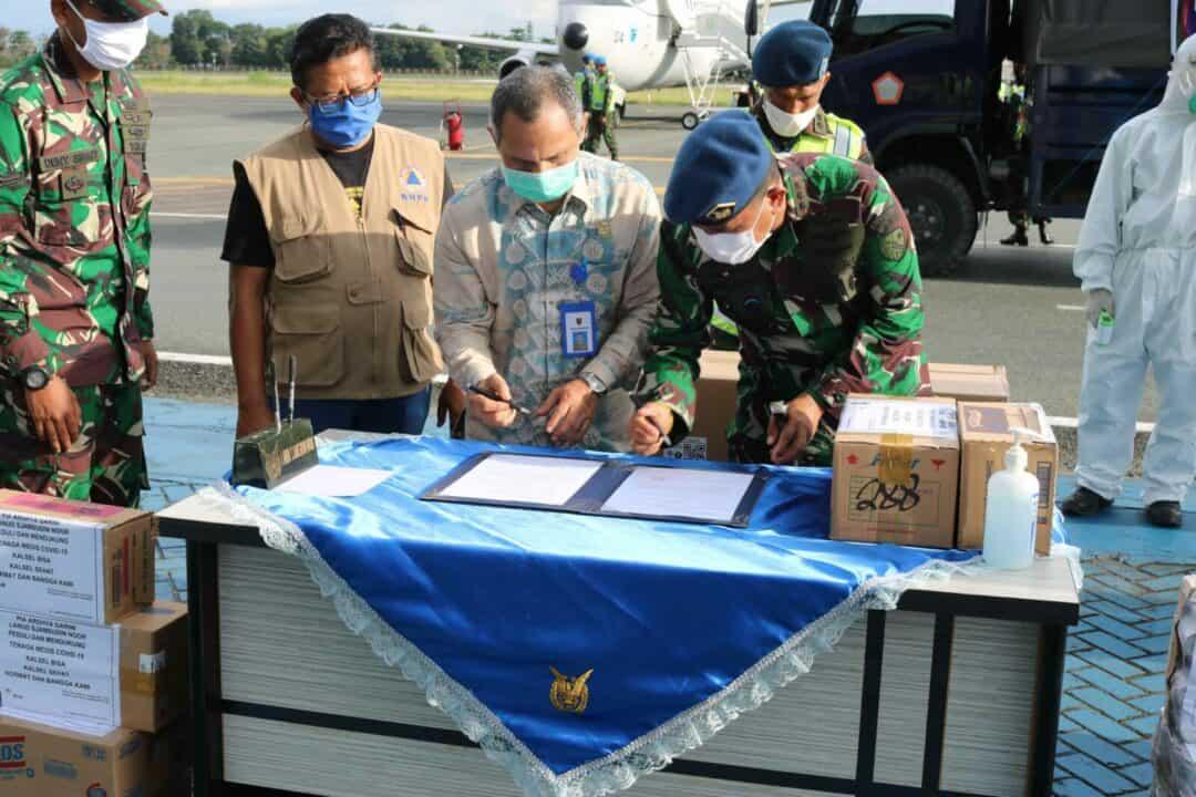 TNI AU Bantu Distribusikan Bantuan APD Dan Masker Dari Kemenkes RI Untuk Provinsi Kalimantan Selatan Tahap Keempat