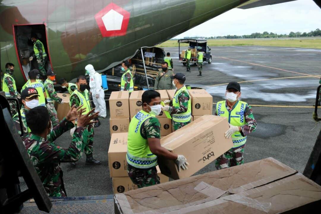 Dukung Percepatan Penanganan Covid-19 di Kalimantan Selatan TNI AU Tanpa Mengenal Lelah, Terus Bantu Distribusikan Bantuan APD Dari Kemenkes RI di Tahap Keenam